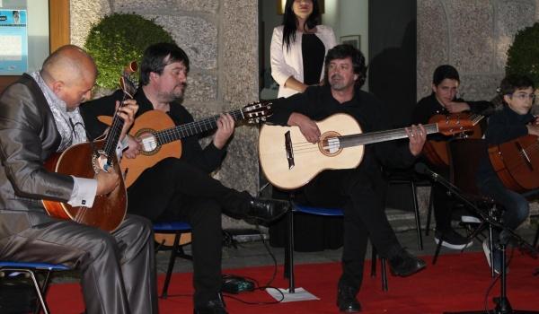 A 1.ª Gala de Fado da Escola de Música do Centro Municipal de Valências levou quase duas centenas de pessoas à Praça do Município de Terras de Bouro